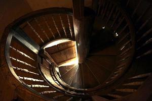 ancien escalier en colimaçon en bois photo