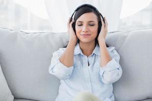 jolie brune, écouter de la musique photo