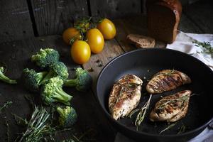 composition rustique avec poulet rôti photo