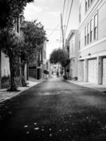 chemin de ruelle en niveaux de gris