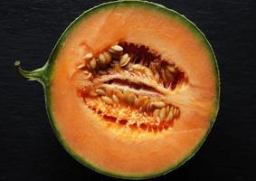 melon melon isolé sur ardoise