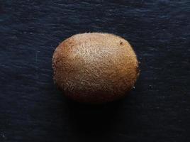 kiwi entier sur fond d'ardoise