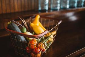 Photographie de mise au point sélective de légumes dans le panier