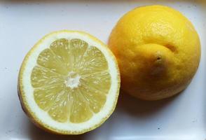 photographie de citron coupé isolé pour illustation alimentaire photo