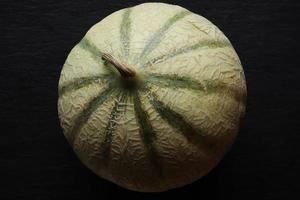 melon entier sur fond d'ardoise