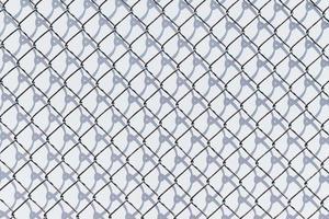 clôture à mailles en métal noir et blanc
