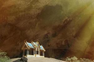 Pavillon ancien thaïlandais bleu construit dans la grande grotte