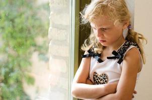 enfant d'âge préscolaire en colère photo