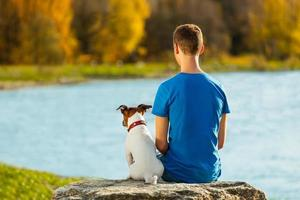 garçon et chien photo