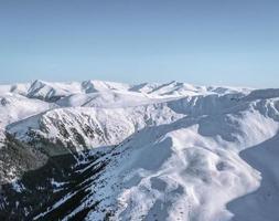 montagnes couvertes de neige photo