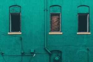côté béton peint en vert du bâtiment