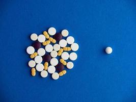 vue de dessus des pilules sur fond bleu photo