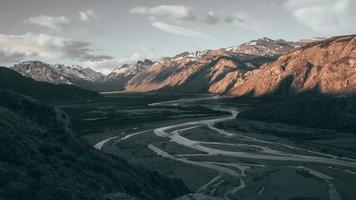 montagnes avec lit de rivière
