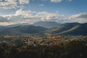paysage de montagne sous le ciel bleu photo