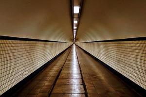 chemin de tunnel éclairé photo