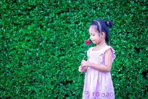 jolie petite fille asiatique en robe dans le parc