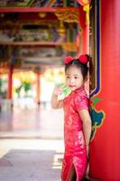 mignonne petite fille asiatique en costume traditionnel chinois. photo