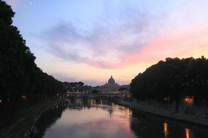 vue de nuit à st. Cathédrale Saint-Pierre de Rome, Italie photo