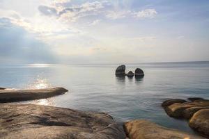 Lever du soleil le matin avec paysage de brouillard autour de la plage de lamai