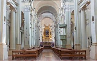 bologne - nef principale de l'église saint dominic. photo