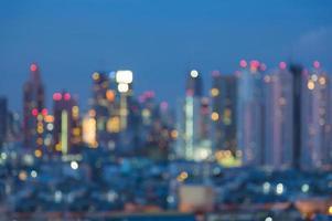 Skyline de lumière de la ville défocalisée la nuit