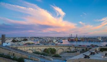 Coucher de soleil sur Malte avec des canons de La Valette - Malte