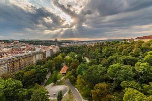 Vue de Prague prise du pont Nuselsky sur le coucher du soleil, Vysehrad photo