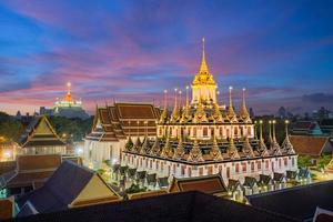 Wat ratchanaddaram et loha prasat metal palace à bangkok, thaï
