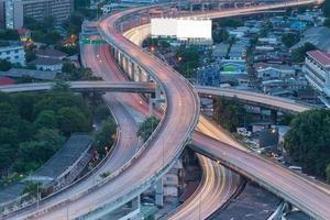 intersection d'autoroute longue exposition pendant les heures de pointe