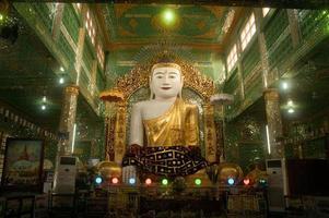 le bouddha assis dans bientôt u pone nya shin paya. photo