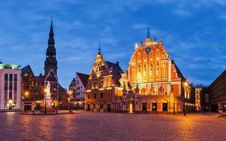 Place de l'hôtel de ville de Riga panorama avec maison des points noirs photo