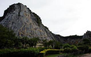 Sculpture de Bouddha d'or sur une montagne rocheuse