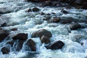 Merced River dans le parc national de Yosemite en Californie, USA photo