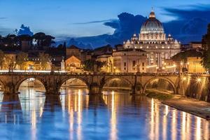 st. Basilique Pierre de nuit à Rome, Italie photo