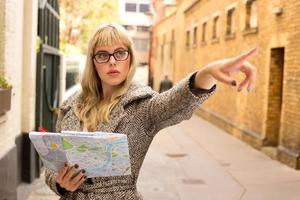 fille pointant avec carte photo