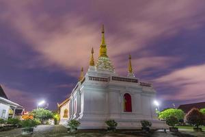 wat jed yod, belle pagode blanche au crépuscule