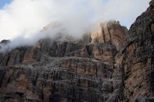 roches jaunes dans les nuages photo