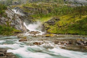 belle cascade dans la vallée des chutes d'eau en norvège