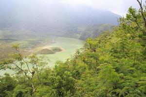 lac au sommet de la montagne photo