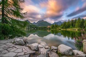 Lac de montagne strbske pleso dans le parc national high tatra, slovaquie photo