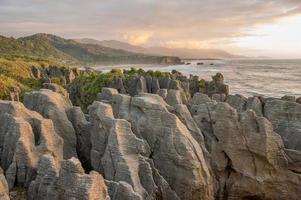 Coucher du soleil à pancake rocks, île du sud, nz photo