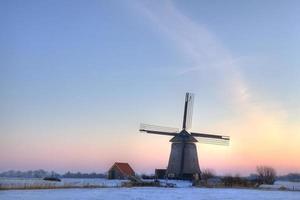 wnidmill dans un polder néerlandais avant le lever du soleil. photo