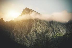 montagne au lever du soleil