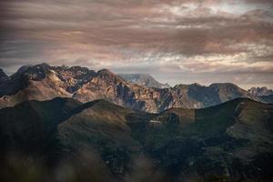vue panoramique sur le coucher du soleil sur la montagne photo
