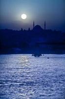 Détroit du Bosphore, Istanbul, Turquie sous la pleine lune photo