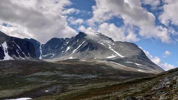 montagne couverte de neige sous le ciel bleu