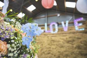 bouquet de fleurs pastel avec des lettres d'amour en arrière-plan