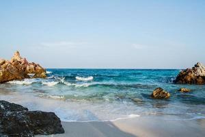 plage de sable sur koh larn pattaya.thailand photo