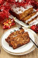 gâteau de Noël aux fruits avec des jouets de Noël photo