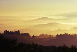 photo aérienne de montagnes couvertes de brume
